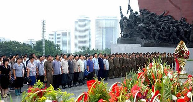 8.15를 맞아 조선인민군,조선인민내무군 장병들과 각계층 근로자들,청소년학생들, 해외동포들이 김일성 주석과 김정일 국방위원장의 동상을 찾아 참배하고 있다.