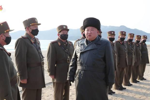 김정은 북한 국무위원장이 포병부대들의 포사격대항경기를 지도하고 앞으로도 이런 훈련경기를 계속하라고 지시했다고 조선중앙통신이 지난달 13일 보도했다. 사진은 조선중앙TV가 이날 오후 공개한 훈련 지도 현장에서 김수길 총정치국장(왼쪽 두 번째), 김정관 인민무력상(왼쪽 세 번째) 등 간부들에게 지시하는 모습.