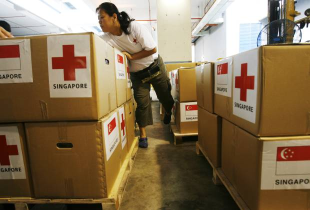 사진은 싱가포르 적십자사가 지난 2008년 미얀마의 사이클론 희생자를 돕기 위한 지원물자를 준비하는 모습.