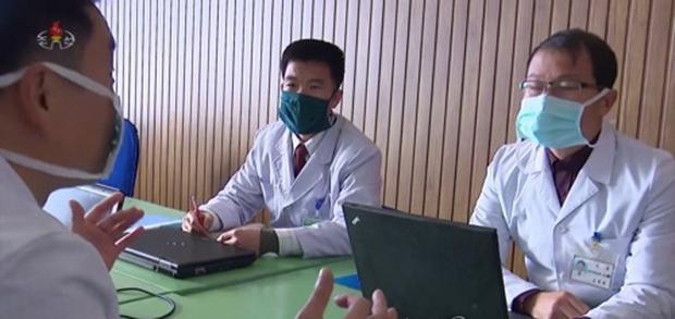 보건성 관계자로 보이는 북한 의료진이 코로나 바이러스 관련 회의를 하고 있다.