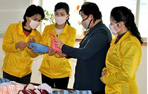 사진은 북한이 공개한 마스크 생산공장의 모습.