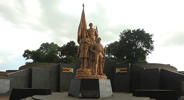 짐바브웨 국립영웅묘지에 세워진 거대한 동상.