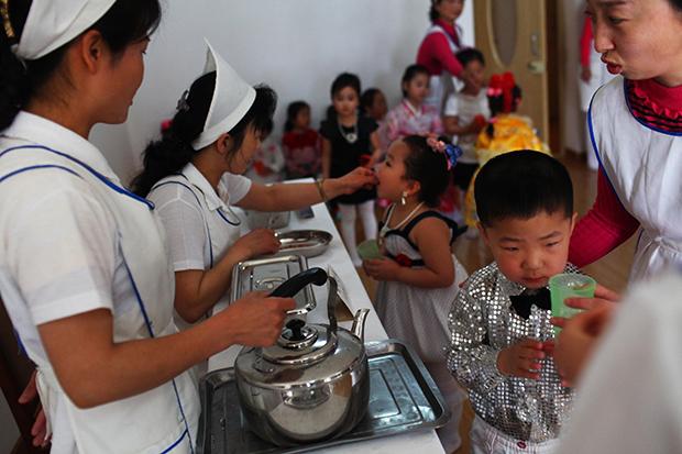 유엔아동기금과 북한 당국이 공동으로 평양의 한 보육원 어린이들에게 영양제를 제공하고 있다.