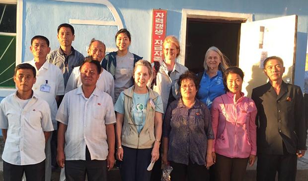 황해북도 사리원에 문을 연 간염 진료소 의료진과 봉사자들.