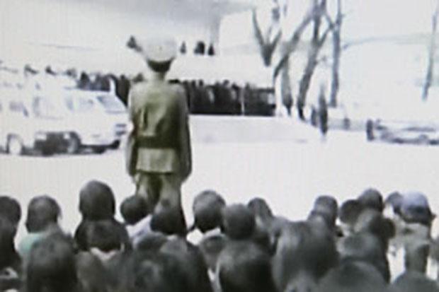 북한 신의주에서 남한영화를 보고 남한 노래를 들은 혐의로 적발된 북한 주민과 성매매 혐의로 붙잡힌 사람들이 운동장에서 많은 군중들이 모인 가운데 공개 인민재판을 받는 모습을 촬영한 장면.