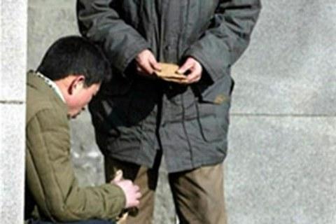 북한 남성 두 명이 평양의 한 지하철역 입구에서 암달러를 거래하고 있다.