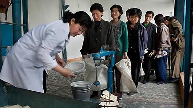 식량배급을 타는 북한주민들의 모습.