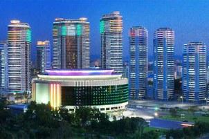 평양 창전거리의 화려한 야경. 고층 아파트들 앞에 서 있는 원형 건물은 주요 공연이 열리는 인민극장이다.