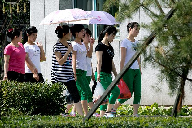 북한 여성 노동자들이 중국 훈춘의 한 의류공장으로 출근하고 있다.