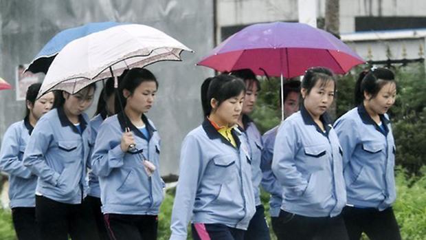 중국 길림성 연변 조선족 자치주 도문시 경제 개발구에서 북한 노동자들이 출근하고 있다.