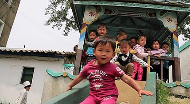세계식량계획(WFP)의 지원을 받는 북한 평안남도 평성시의 한 탁아소에서 어린이들이 놀고 있다.
