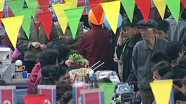평양시민들이 통일시장에서 물건을 둘러보고 있다.