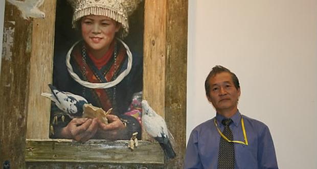 북한 최고의 미술창작단체인 만수대창작사 소속 공훈예술가 최명식 화백이 작품 앞에서 포즈를 취하고 있다.