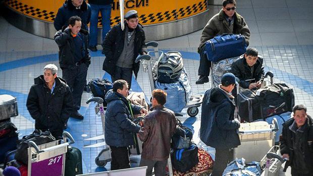 지난해 말 러시아 블라디보스토크 국제공항에서 북한 노동자들이 항공편을 기다리고 있다.