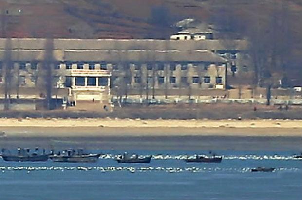 황해도 옹진군 앞바다에서 북한 어선들이 조업을 하고 있다.