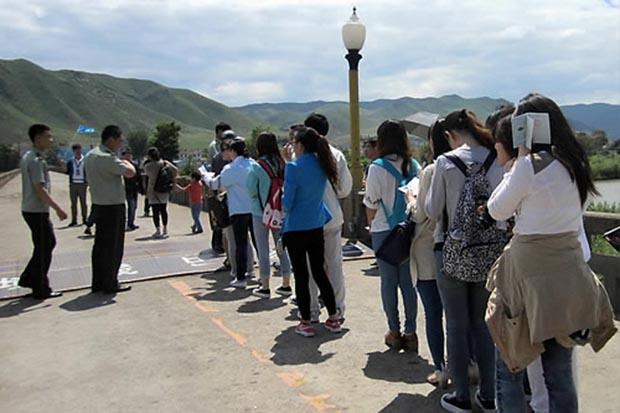사진은 북한을 관광 중인 중국인 관광객들이 여권 대신 국경관광용 통행증을 손에 들고 있는 모습.