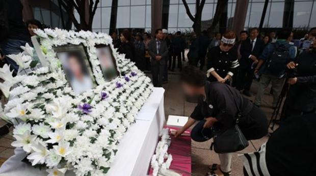 지난 21일 서울 광화문 교보문고 앞에서 지난 7월 말 임대아파트에서 숨진 탈북민 모자를 추모하는 행사가 열리고 있다.