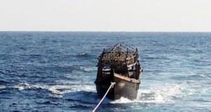 지난 11월 8일 해군이 동해상에서 북한 목선을 북측에 인계하기 위해 예인하고 있다. 해당 목선은 16명의 동료 승선원을 살해하고 도피 중 군 당국에 나포된 북한 주민 2명이 승선했던 목선으로, 탈북 주민 2명은 전날 북한으로 추방됐다.