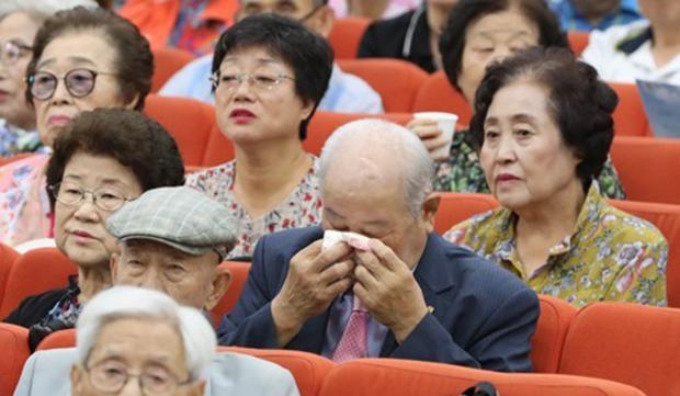 11일 서울 종로구 이북5도청에서 열린 이산가족의 날 행사에서 한 실향민이 가곡 그리운 금강산과 고향의 봄을 들으며 눈물을 닦고 있다.