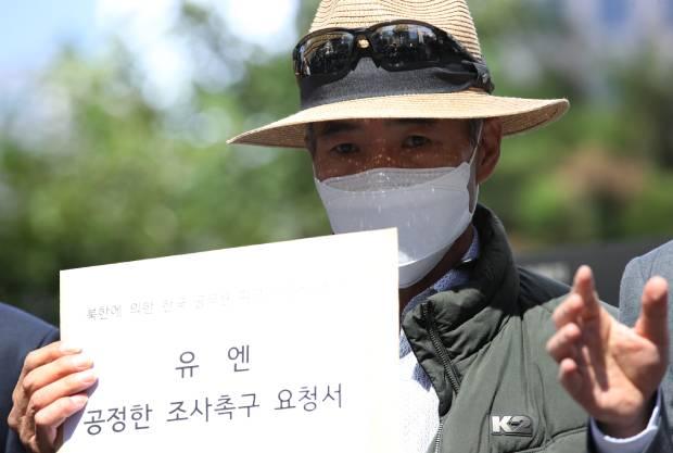 북한 피격 사망 공무원 A씨의 형 이래진씨가 지난달 6일 서울 종로구 유엔 북한인권사무소를 방문해 전달할 공정한 조사 촉구 요청서를 들고 있다.