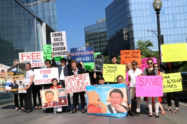 지난해 4월 북한자유주간을 맞아 미국 워싱턴 DC 중국중앙텔레비전 앞에서 탈북자 강제북송 반대 시위를 가진 숄티 대표(중앙).