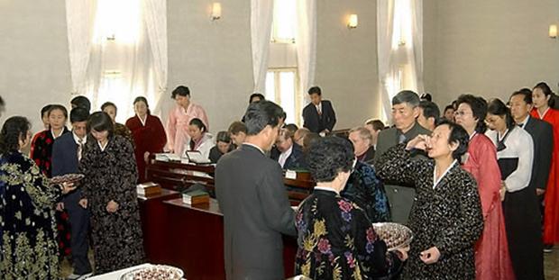 크리스마스를 맞아 평양 칠골교회에서 평양 기독교인들이 성탄절 기념예배를 드리고 있다.