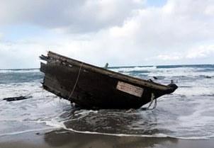 본 니가타(新潟)현 서쪽의 사도(佐渡) 섬에 떠밀려온 목선의 뱃머리 부분에서 지난달 28일 북한인으로 추정되는 시신 7구가 나왔다.