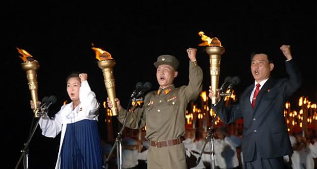 북한 조선공산주의청년동맹 결성을 기념하는 청년절(8월28일)을 맞아 평양 김일성광장에서 열린 대규모 `횃불 행진' 모습.
