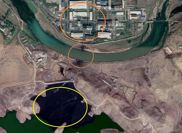 북한의 평산 우라늄공장(맨 위 원)과 폐기물운반용 파이프(중간 원), 그리고 폐기물이 있는 저수지.