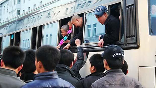 인민군대에 입대하는 북한 청년들이 입영열차를 타고 있는 모습.