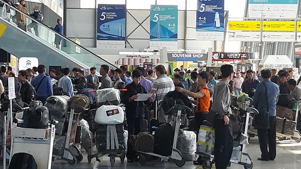 지난 2일 오전, 러시아 블라디보스토크 공항에서 평양행 항공기 탑승을 기다리고 있는 북한근로자들.