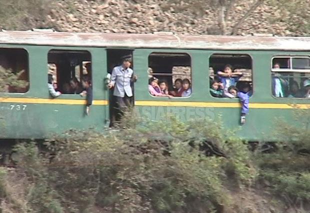 주행 중 멈춰 버린 북한 열차. 유리창이 거의 없다.