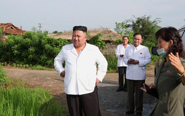 황해북도 은파군 대청리 수해현장에 방문한 김정은 북한 국무위원장.