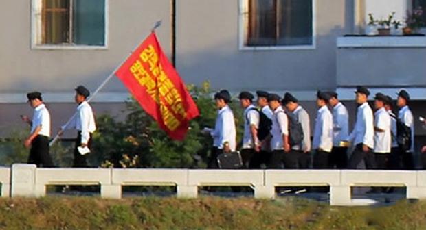 사진은 평양의 아파트 건설현장에 동원된 김책공업종합대학 학생들.