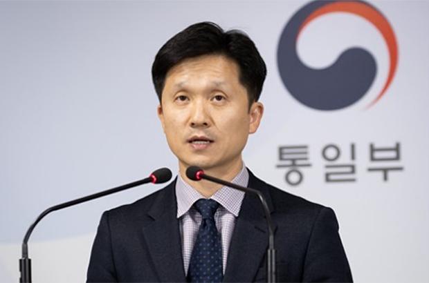 이상민 통일부 대변인이 7일 정부서울청사에서 열린 긴급브리핑에서 동해상에서 군 당국에 나포된 북한 주민 2명을 판문점을 통해 북한으로 추방했다고 밝히고 있다.