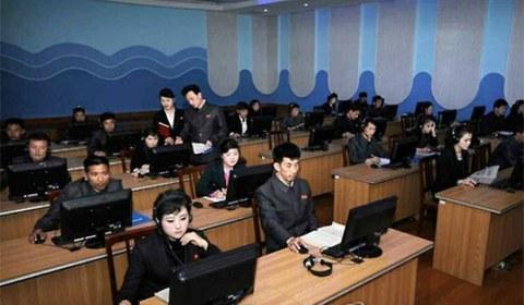북한 능라곱등어관(돌고래관) 종업원들이 인터넷 망을 이용한 원격 사이버 교육을 받고 있다.
