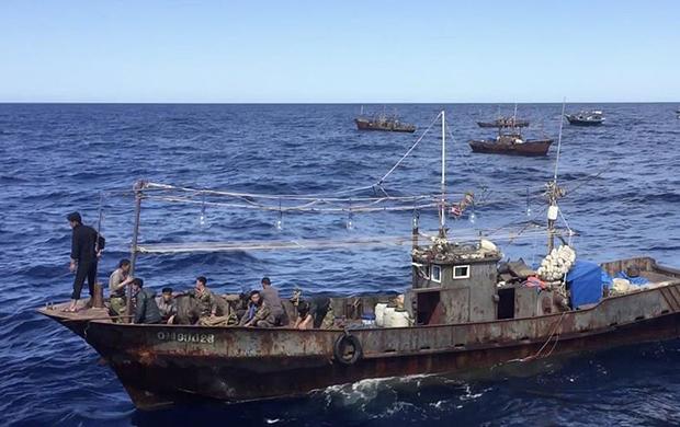 사진은 러시아 국경경비대에 나포된 북한의 오징어잡이 어선.