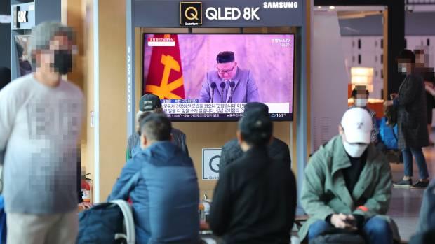 11일 오전 서울역 대합실에 설치된 TV에 지난 10일 평양에서 열린 조선노동당 창건 75주년 열병식 관련 뉴스가 나오고 있다.