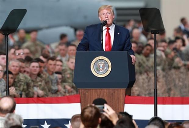 지난달 30일 경기도 평택시 주한미군 오산공군기지에서 열린 장병 격려 행사에서 연설하는 도널드 트럼프 미국 대통령.