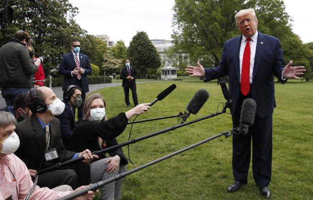 14일(현지 시간) 트럼프 미국 대통령이 백악관에서 코로나 바이러스에 관련해 기자 회견을 하고 있다.