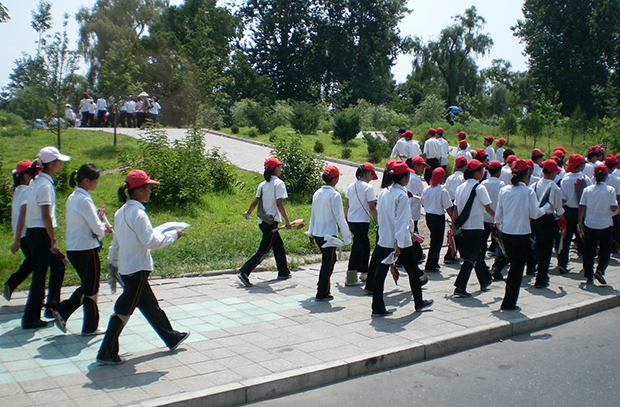 외국인 관광객 유치를 위한 한 수단인 집단체조 연습을 위해 모이고 있는 평양시내 학생들. (2008년 8월)