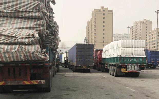 북한으로 들어가려는 화물트럭들이 단둥 세관에서 검사를 받기 위해 대기하고 있다.