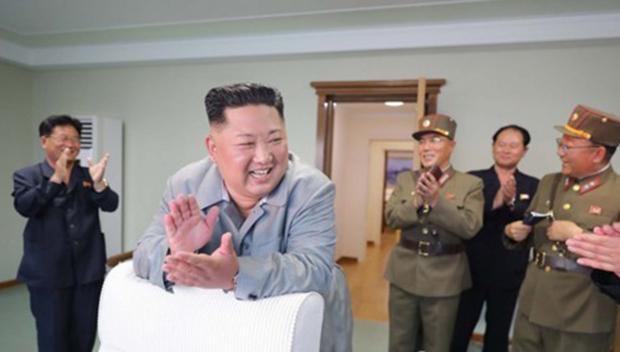 김정은 북한 국무위원장이 한미 군사연습과 남측의 신형군사장비 도입에 반발해 지난달 25일 신형전술유도무기(단거리 탄도미사일)의 '위력시위사격'을 직접 조직, 지휘했다고 조선중앙통신이 보도했다. 중앙통신이 홈페이지에 공개한 사진.