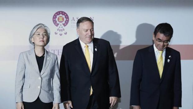 강경화 외교부 장관(왼쪽)이 지난 2일 방콕 센타라 그랜드호텔에서 마이크 폼페이오 미국 국무부 장관(가운데), 고노 다로 일본 외무상과 외교장관회담을 마치고 기념촬영을 하고 있다.