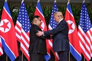 역사적 첫 북미정상회담이 열린 싱가포르 센토사 섬 카펠라호텔에서 미국 도널드 트럼프 대통령과 북한 김정은 국무위원장이 북미정상회담에 앞서 악수하고 있다.