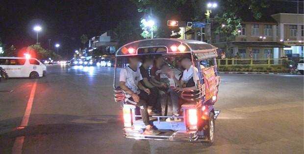삼륜 오토바이에 나눠 탄 탈북자들이 경찰서로 향하고 있다.