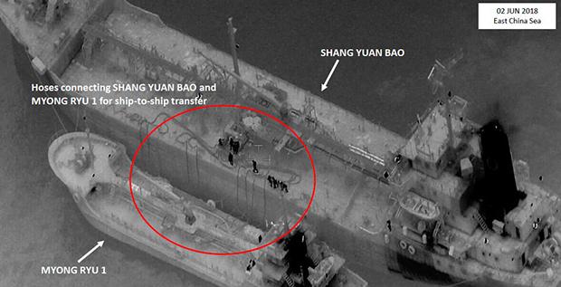 사진은 2018년 6월 2일 동중국해에서 파나마 선적의 샹유안바오호와 북한 선박 명류 1호 간에 호스를 통해 환적하는 모습을 보여주고 있다.