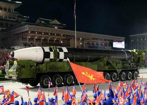 북한이 지난 10일 노동당 창건 75주년 기념 열병식에서 미 본토를 겨냥할 수 있는 신형 대륙간탄도미사일(ICBM)을 공개했다. 신형 ICBM은 화성-15형보다 미사일 길이가 길어지고 직경도 굵어졌다. 바퀴 22개가 달린 이동식발사대(TEL)가 신형 ICBM을 싣고 등장했다.
