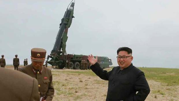 사진은 '화성-10' 미사일 발사를 지켜보는 김정은의 모습.