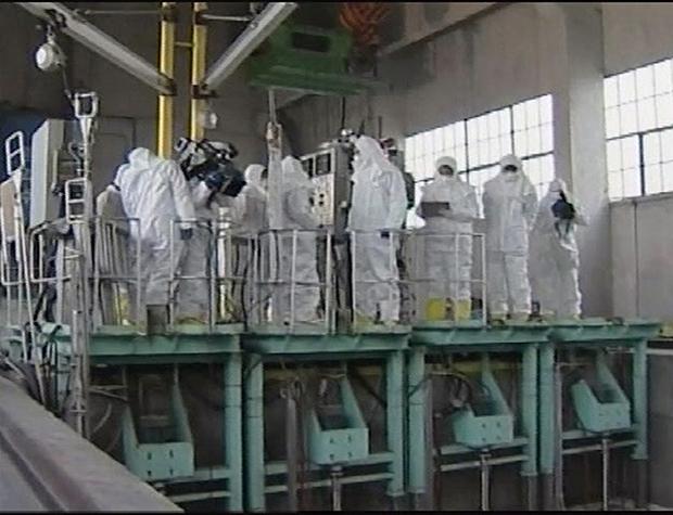 지난 2008년 외국 기자들과 기술자들이 보호장비를 입고 영변 원자로를 살펴보고 있다.